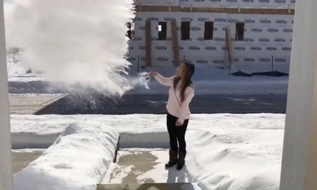 Mulher joga água no ar, que congela imediatamente Foto: SOCIAL MEDIA / REUTERS
