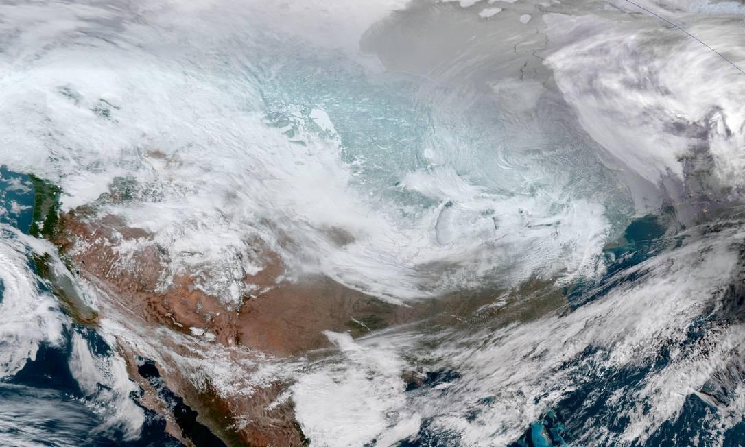 Imagem de satélite mostra a maior parte do território da América do Norte tomada pelo mal tempo em meio ao vórtice polar que provoca recordes de temperatura baixas nos Estados Unidos Foto: NOAA / REUTERS