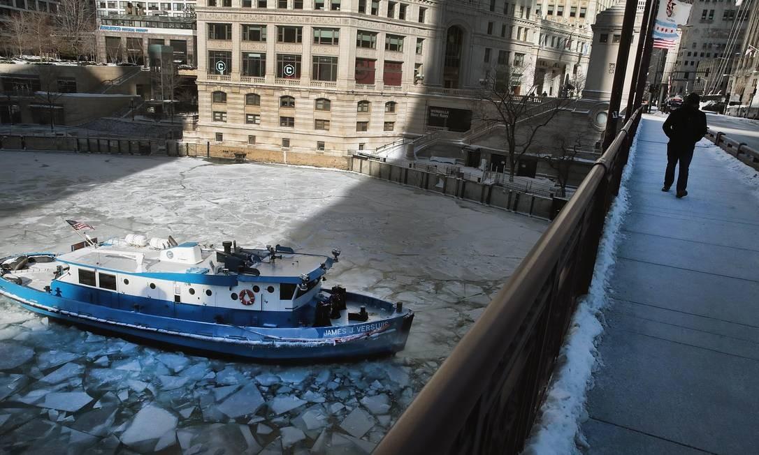 Um barco quebra-gelo corta o Rio Chicago, onde escolas e escritórios fecharam. Sistema de trem também foi interrompido Foto: SCOTT OLSON / AFP