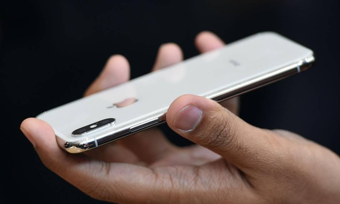O investimento em novas ferramentas de fotografia é aposta da Apple para convencer consumidores a trocarem seus iPhones Foto: JOSH EDELSON / AFP