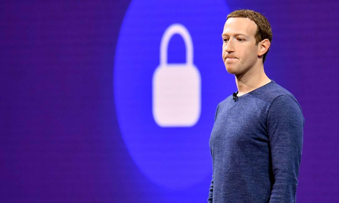 """""""Não tivemos uma visão ampla da nossa responsabilidade, e isso foi um grande erro. Foi um erro meu, e eu sinto muito. Eu comecei o Facebook, eu o administro e sou responsável pelo que acontece aqui"""", escreveu Zuckerberg ao Congresso americano, assumindo sua responsabilidade so o caso da Cambridge Analytica. Josh Edelson / AFP"""