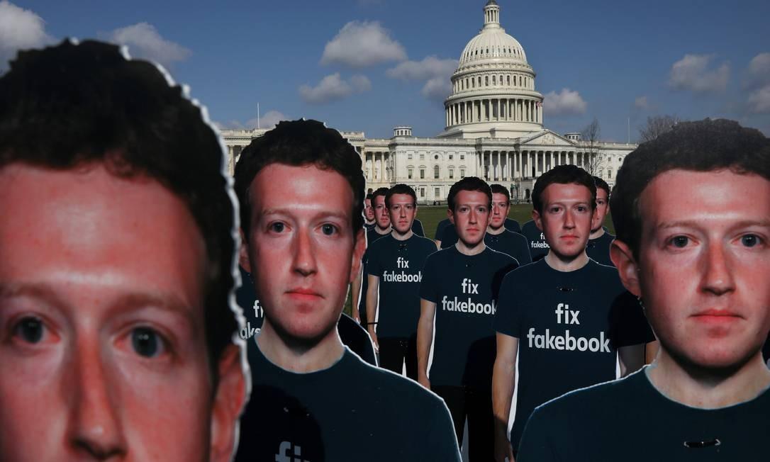Dezenas de recortes de papelão do CEO do Facebook, Mark Zuckerberg, ficam do lado de fora do Capitólio dos EUA como parte de um protesto da Avaaz.org em Washington, horas antes dele iniciar seu testemunho no Senado americano. LEAH MILLIS / Reuters