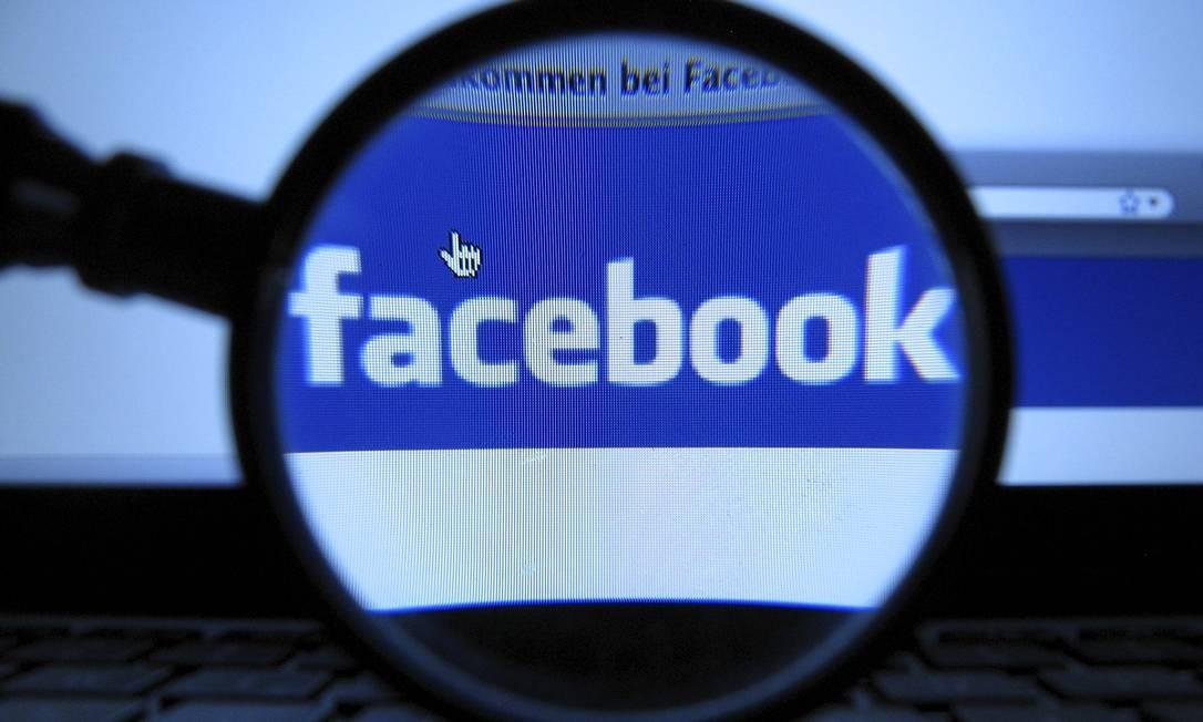 Apesar de escâdalo que aponta para venda de dados de seus usuários, Facebook tem desempenho acima do esperado no mercado de ações em Wall Street. Joerg Koch / AP Photo / Arquivo