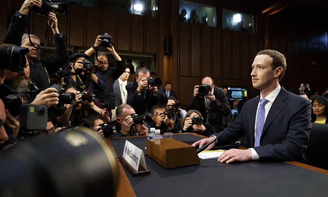 Como consequência, o CEO do Facebook, Mark Zuckerberg, foi convocado a depôr sobre as relações da companhia com a Cambridge Analytica em audiência conjunta do Comitê de Justiça e Comércio do Senado dos EUA. Foto: Tom Brenner / NYT