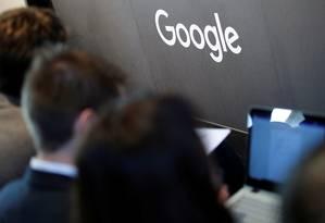 Em comunicado, a Google se desculpou por usars indevidamente permissões concedidas pela Apple Foto: HANNIBAL HANSCHKE / REUTERS
