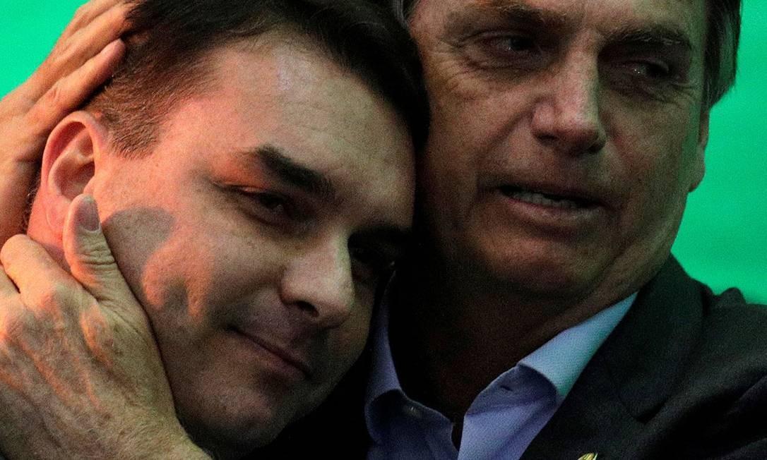 """Jair Bolsonaro com o primogênito Flávio: """"Se for provado que errou, terá de pagar"""", disse o presidente em Davos Foto: Ricardo Moraes / Reuters"""