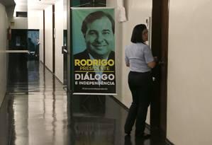 Cartaz da campanha de Rodrigo Maia à reeleição em corredor da Câmara Foto: Jorge William/Agência O Globo/