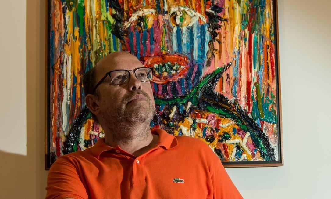 """Augusto Herkenhoff em frente a uma das telas da série """"Doutores"""" Brenno Carvalho / Agência O Globo"""