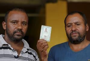 Laércio (à esq,) e Israel Dias irmâo de Erídio Dias, que escapou da tragédia em Mariana, mas morreu em Brumadinho Foto: Domingos Peixoto / Agência O Globo