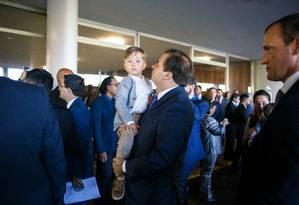 Rodrigo Maia chega à Camara dos Deputados carregando o filho no colo. Foto: Daniel Marenco / Agência O Globo