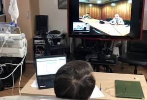 Presidente Jair Bolsonaro participa de videoconferência com o ministro do GSI, Augusto Heleno, no Hospital Albert Einstein Foto: Reprodução/Twitter