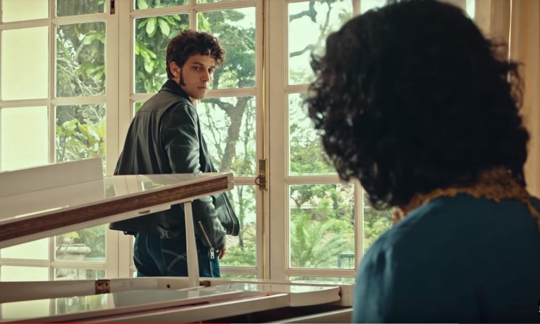 Chay Suede (Erasmo Carlos) e Gabriel Leone (Roberto Carlos) em 'Minha fama de mau' Foto: Reprodução