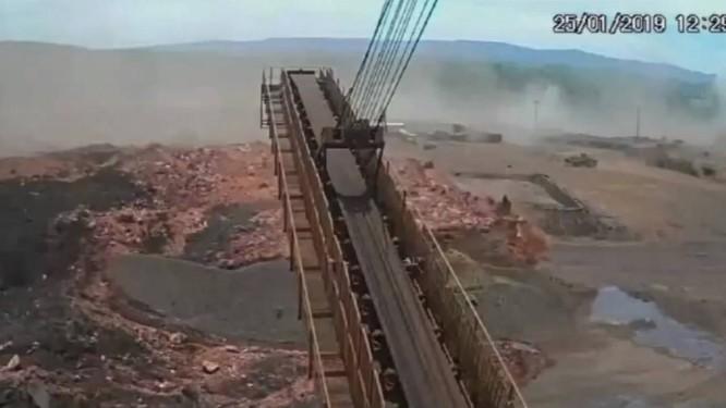 Imagem do momento em que a onde de lama invade a área de trabalho da Vale em Brumadinho Foto: Reprodução/ TV Bandeirantes