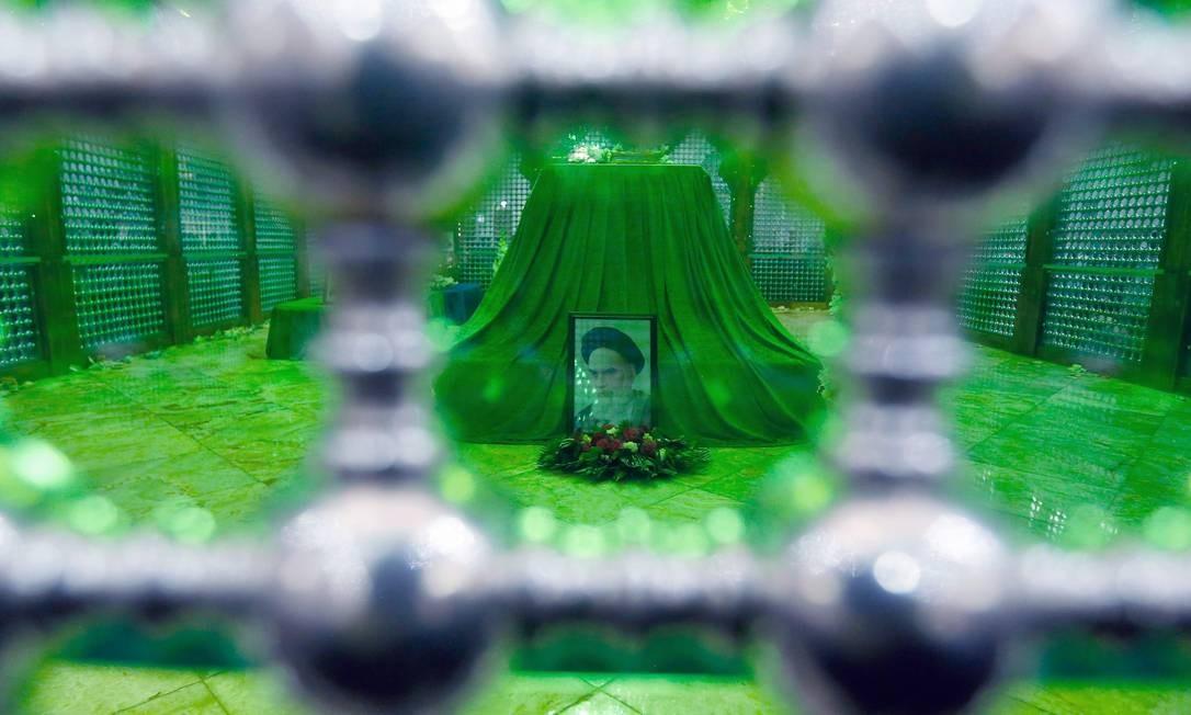 O mausoléu começou a ser construído após a morte de Khomeini. No ano seguinte à revolução, o Iraque de Saddam Hussein iniciaria uma guerra contra o Irã que durou oito anos; na guerra, o mesmo Saddam que seria derrubado pelos americanos em 2003 teve apoio dos países ocidentais Foto: STR / AFP