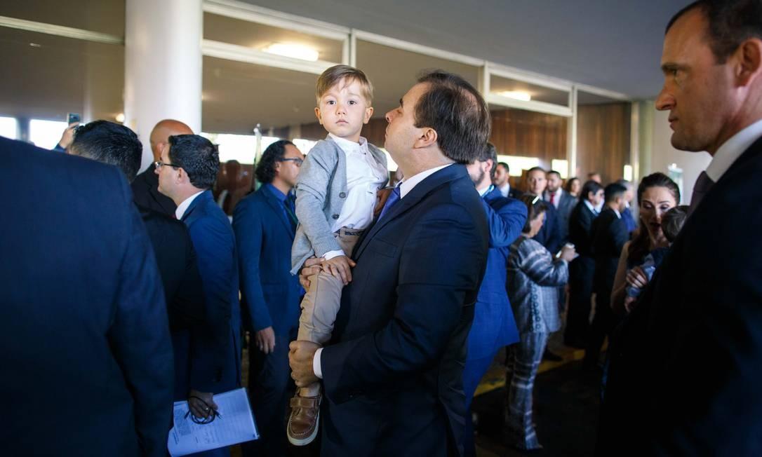 Rodrigo Maia chegou para a posse, carregando o filho no colo Foto: Daniel Marenco / Agência O Globo