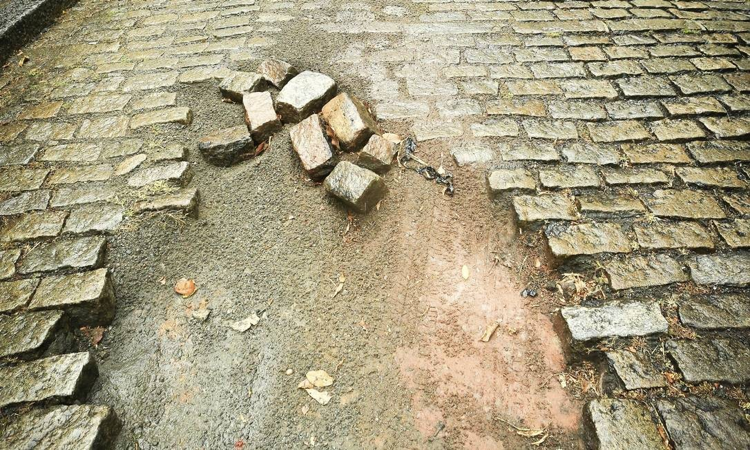 Perigo. Em dia de chuva, o carro perdeu força por ter reduzido a velocidade ao passar em buraco na subida de trecho de paralelepípedo da Rua Cosme Velho Foto: fotos de Roberto Moreyra