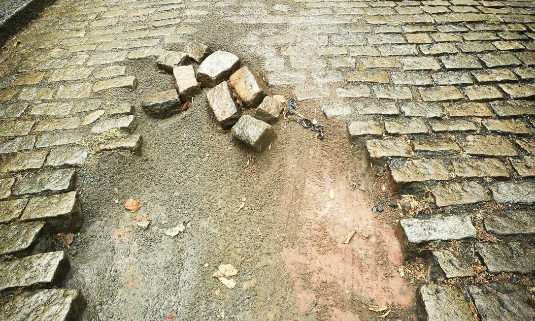 Em dia de chuva, o carro perdeu força por ter reduzido a velocidade ao passar em buraco na subida de trecho de paralelepípedo da Rua Cosme Velho Foto: Agência O Globo / Roberto Moreyra