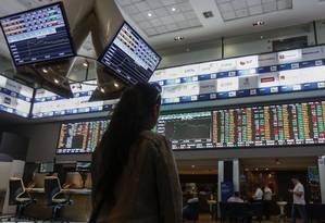 Investidor acompanha cotações em painel da Bolsa de Valores de São Paulo. Foto: Miguel Schincariol/AFP Foto: Miguel Schincariol / Agência O Globo