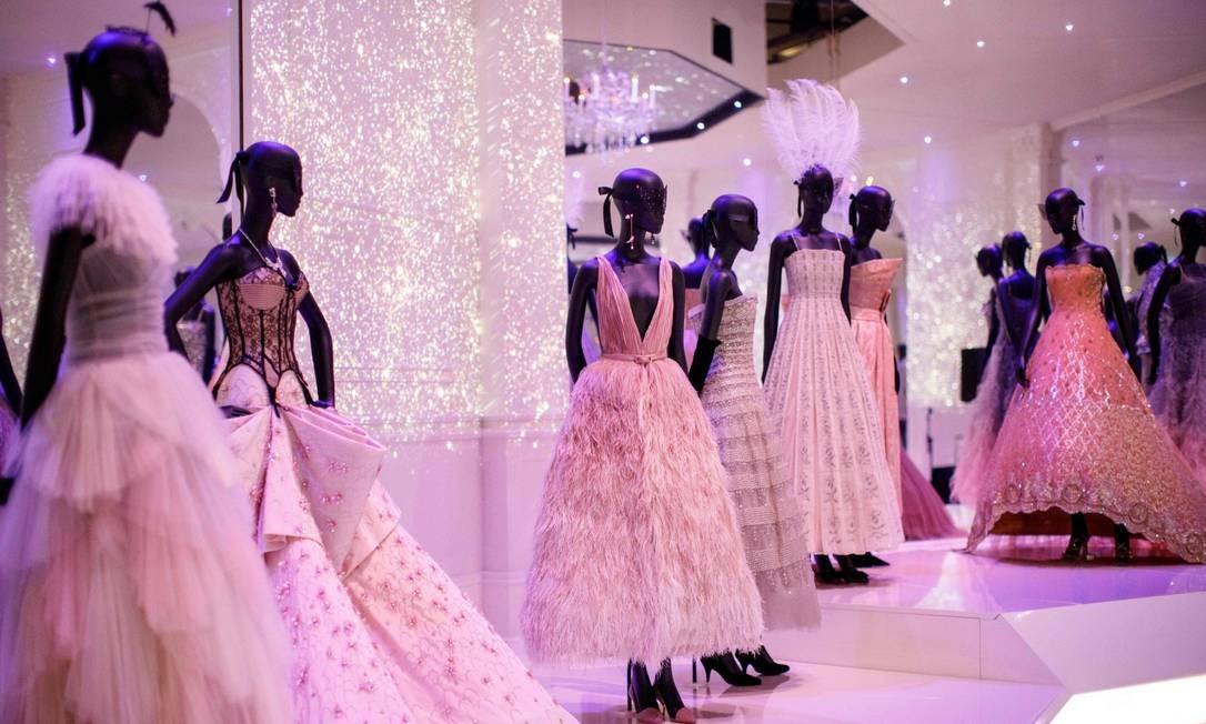 """A exposição """"Christian Dior: designer de sonhos"""" exibe peças que vão do vestido usado pela princesa britânica Margaret em seu aniversário de 21 anos até o modelo exibido pela vencedora do Oscar Jennifer Lawrence no tapete vermelho TOLGA AKMEN / AFP"""