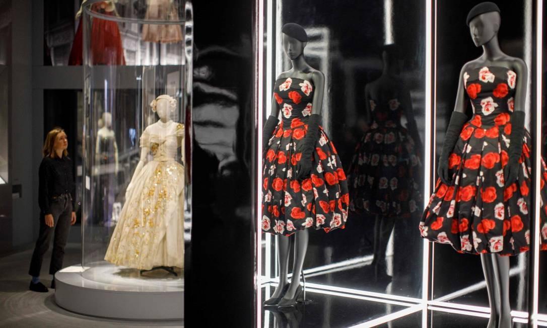 """""""(Dior) não apenas… revolucionou a criação da moda… mas ele também foi importante devido a como fazia negócios"""", disse Oriole Cullen, curadora do museu Victoria and Albert Foto: TOLGA AKMEN / AFP"""