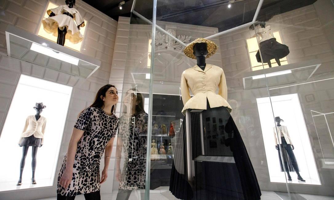 """Um dos trajes mais antigos em exibição é o marcante """"Bar Suit"""" da Dior, composto por uma jaqueta branca acinturada e uma saia plissada preta. O modelo de 1947 revolucionou a moda feminina e ficou conhecido como o """"New look"""" da Dior TOLGA AKMEN / AFP"""