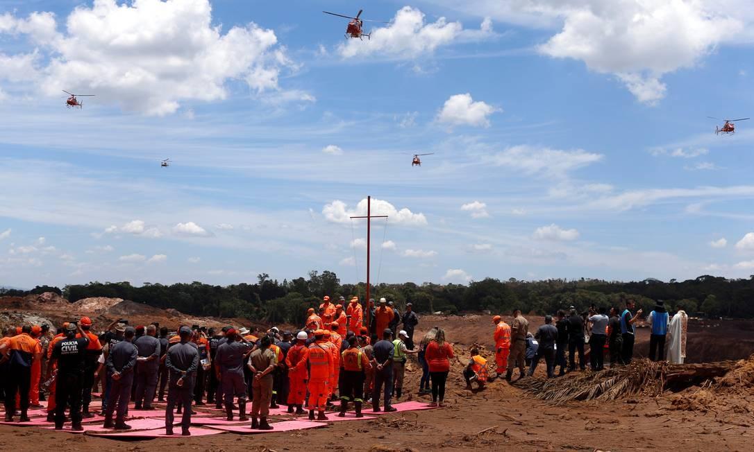 Equipes de resgate assistem a uma missa para vítimas do rompimento da barragem da mineradora Vale, em Brumadinho Foto: ADRIANO MACHADO / REUTERS