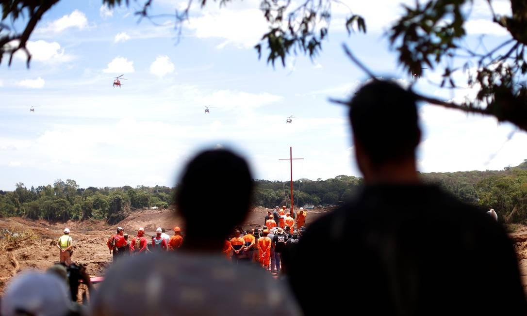 Cerimônia contou com helicópteros, que lançaram uma chuva de pétalas de flores em homenagem às vítimas da tragédia da barragem da Vale. O ato marca 8º dia de buscas Foto: ADRIANO MACHADO / REUTERS