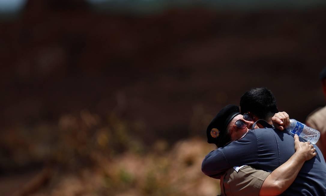 Soldados se emocionam durante as homenagens ADRIANO MACHADO / REUTERS