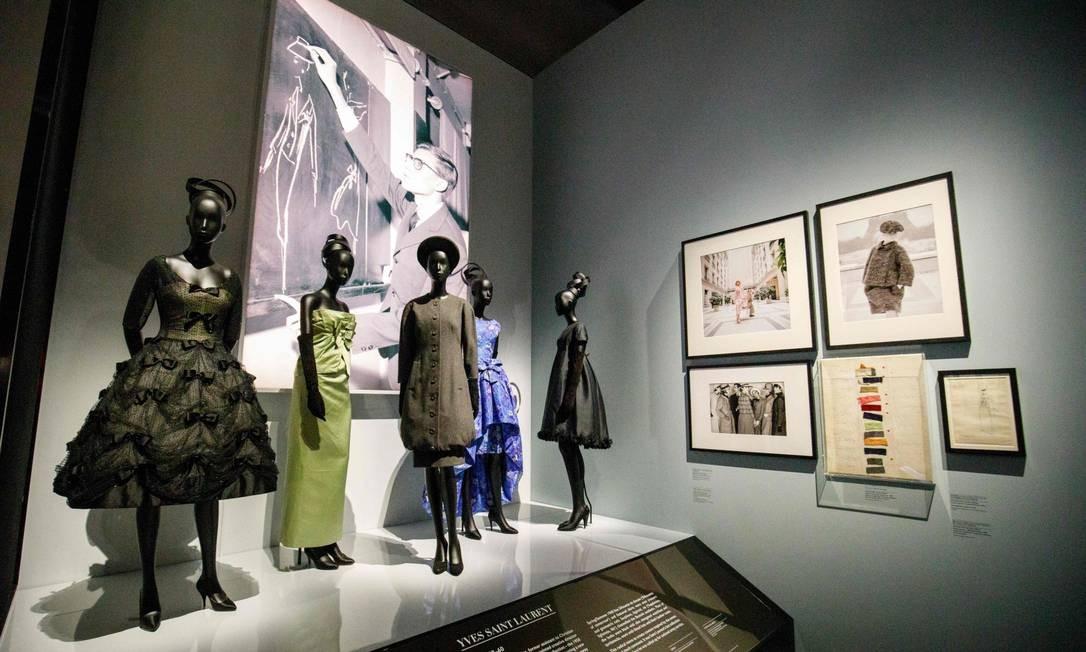 São mais de 500 peças, contando o legado de Dior e de seus seis sucessores Foto: TOLGA AKMEN / AFP