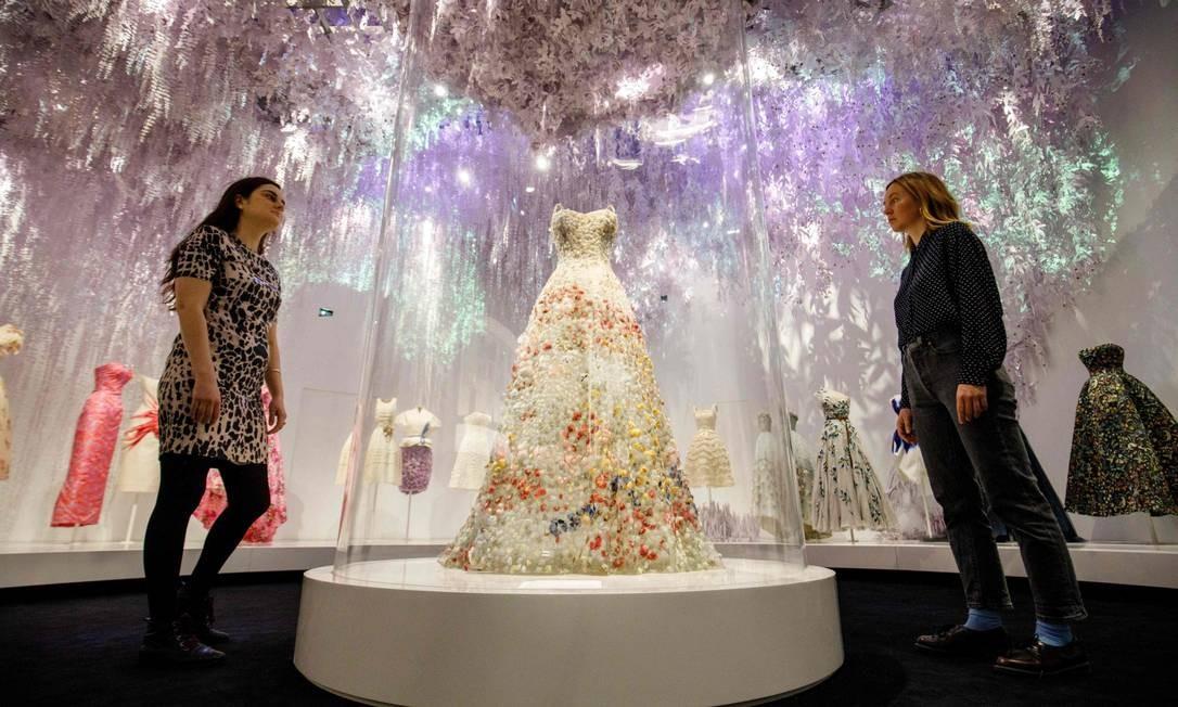 O vestido Jardin Fleuri assinado por Maria Grazia Chiuri também está na mostra TOLGA AKMEN / AFP
