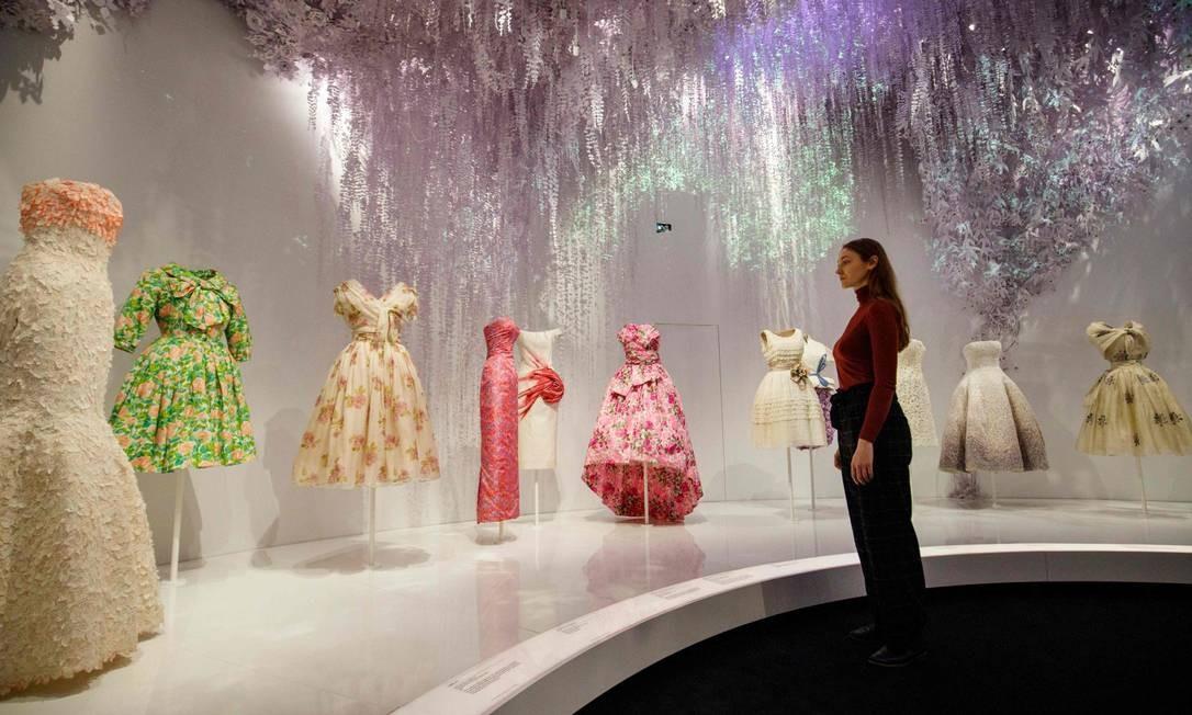 A exposição analisa de perto a história da marca de luxo fundada em 1946 que permanece até hoje como a personificação da alta costura Foto: TOLGA AKMEN / AFP