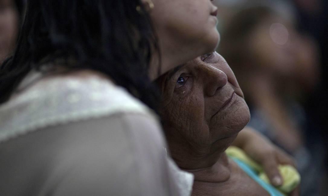 Pessoas de culto na Igreja Matriz de Brumadinho Foto: MAURO PIMENTEL / AFP