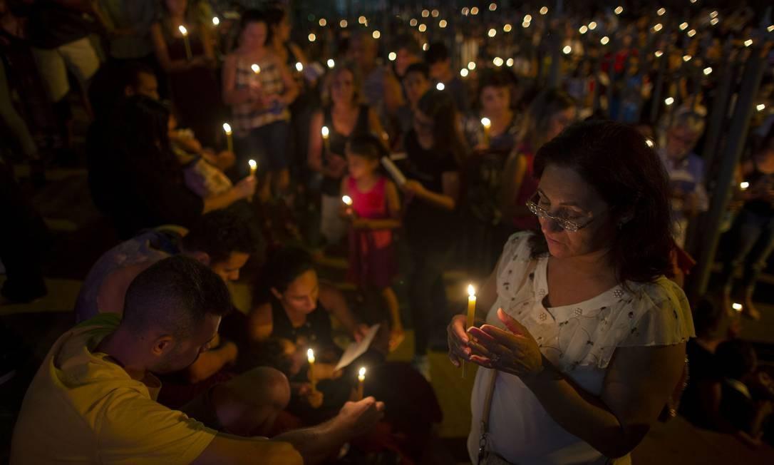Pessoas rezam do lado de fora da Igreja Matriz de Brumadinho durante uma cerimônia em homenagem aos desaparecidos e vítimas da tragédia na comunidade do Parque das Cachoeiras Foto: MAURO PIMENTEL / AFP