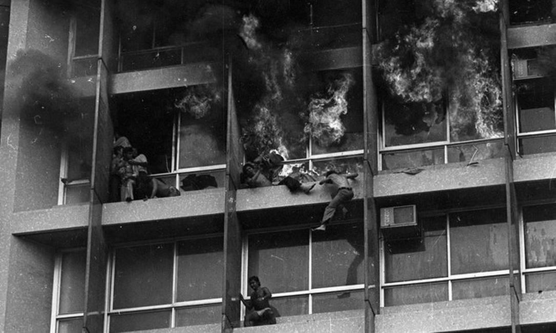 Pessoas tentam escapar do Edifício Joelma em chamas: 187 morreram Foto: Foto de arquivo/Agência O GLOBO