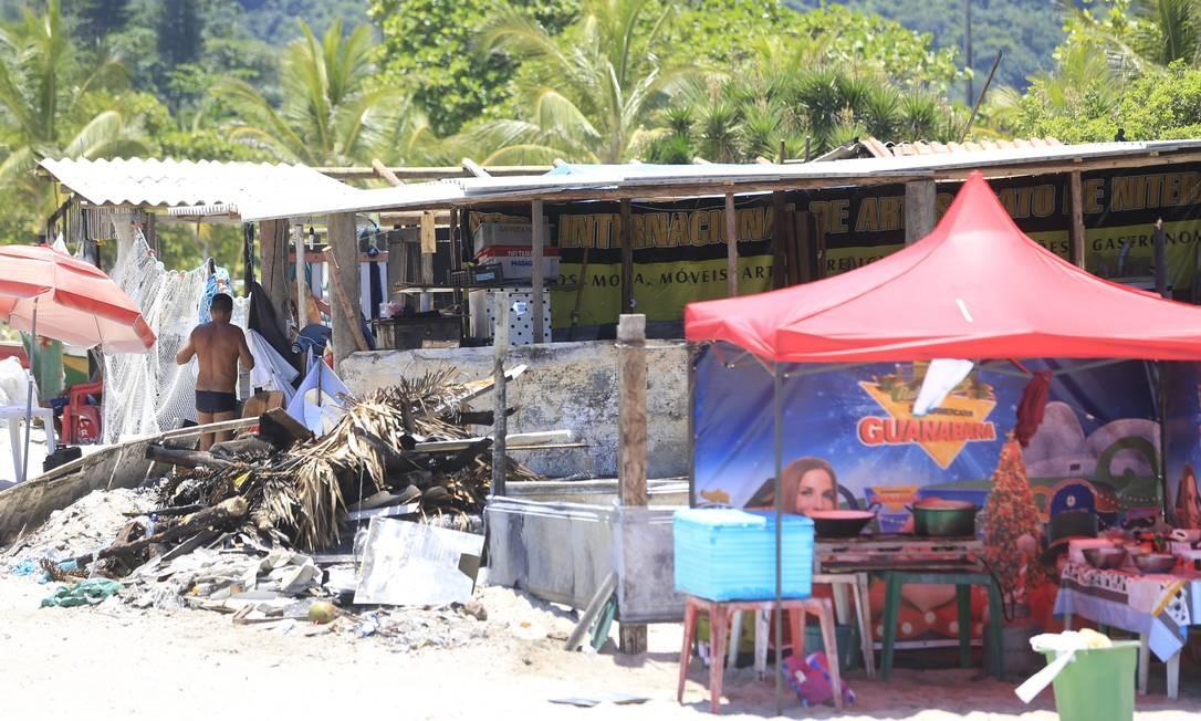 Mesmo após explosão de botijão de gás, barraqueiros ignoram normas: usam minifogões na areia, cobram consumação mínima e até acampam na praia Foto: Roberto Moreyra / Agência O Globo