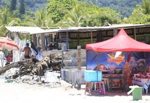 Mesmo após explosão de botijão de gás, barraqueiros ignoram normas: usam minifogões na areia, cobram consumação mínima e até acampam na praia. Foto: Roberto Moreyra / Agência O Globo