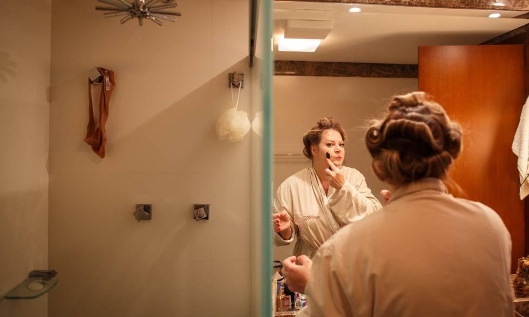 """Joice se maqueia sozinha. Diz que foi autoditada. """"Foi na raça. Quando eu trabalhava em TV, não tinha tempo para deixar me maquiarem. Enquanto a cabeleireira fazia meu cabelo na TV, eu fazia maquiagem"""". Seu estojo de maquiagem tem filtro solar, 'basezinha', pó de arroz, rímel, blush ('É a minha marca.') e batom. (Coluna Guilherme Amado) Foto: Daniel Marenco / Agência O Globo"""