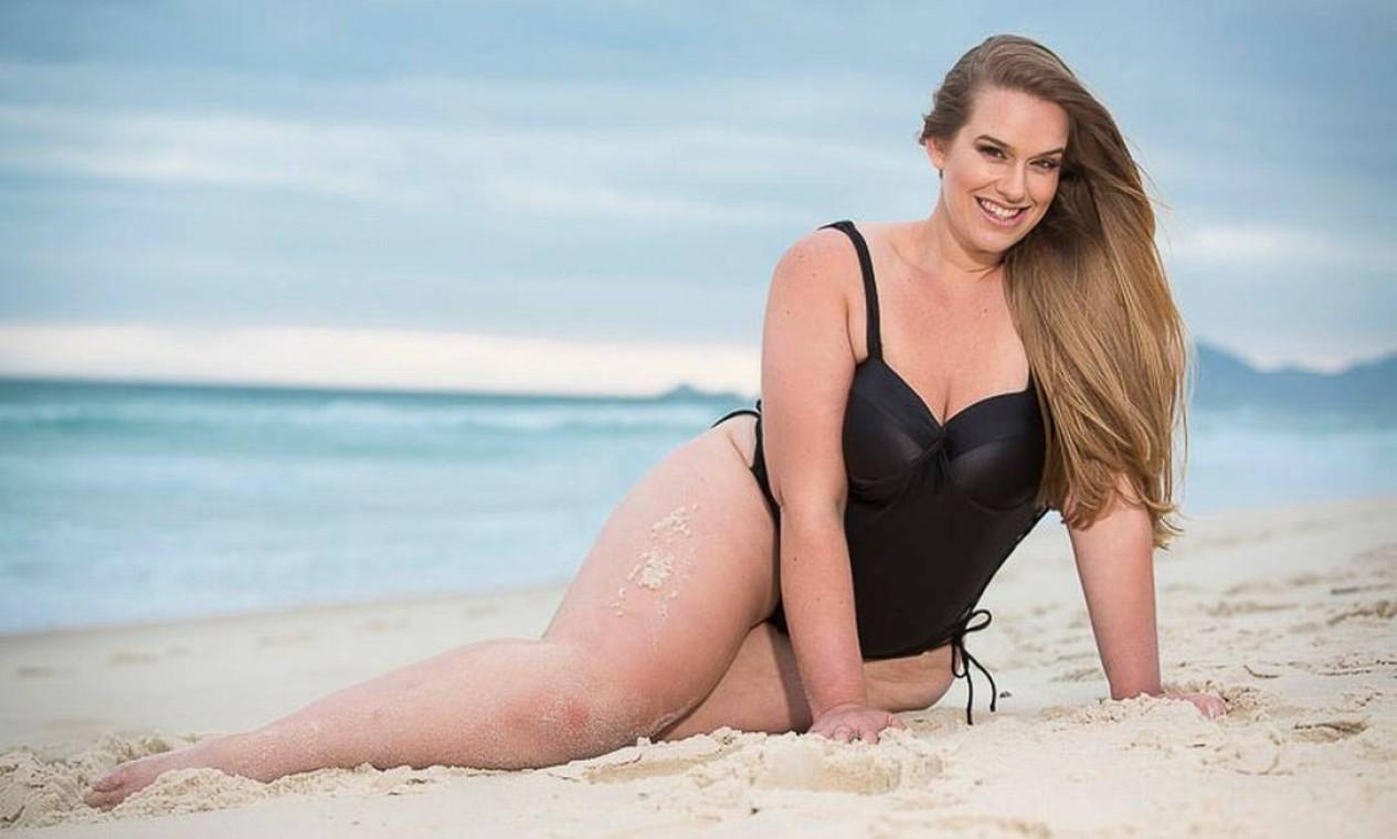 Antes do ensaio de lingerie, Amanda estrelou um ensaio de moda praia Foto: EDU RODRIGUES