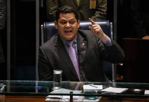 O senador Davi Alcolumbre, do DEM, ocupou a cadeira de presidente do Senado para aprovar voto aberto na disputa da presidência da Casa, medida derrubada por liminar do STF Foto: Daniel Marenco / Agência O Globo