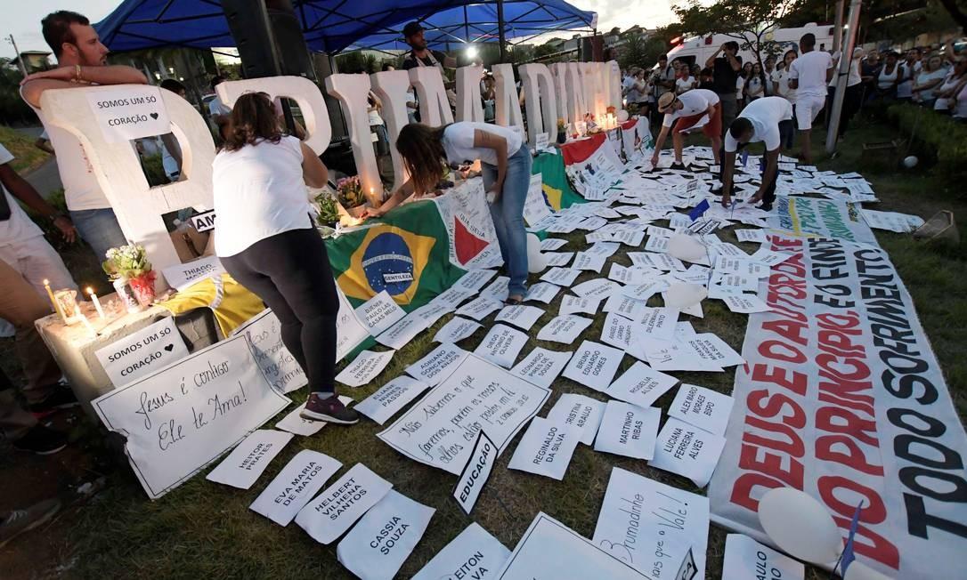 Moradores acendem velas em memória às vítimas da tragéria provocada pelo rompimento da barragem da Mina do Córrego do Feijão, em Brumadinho Foto: WASHINGTON ALVES / REUTERS