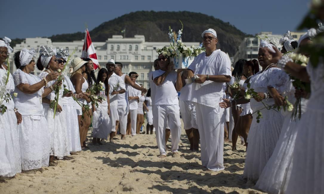 A escola de samba Renascer de Jacarepaguá faz uma homenagem a Iemanjá na Praia de Copacabana Foto: Márcia Foletto / Agência O Globo