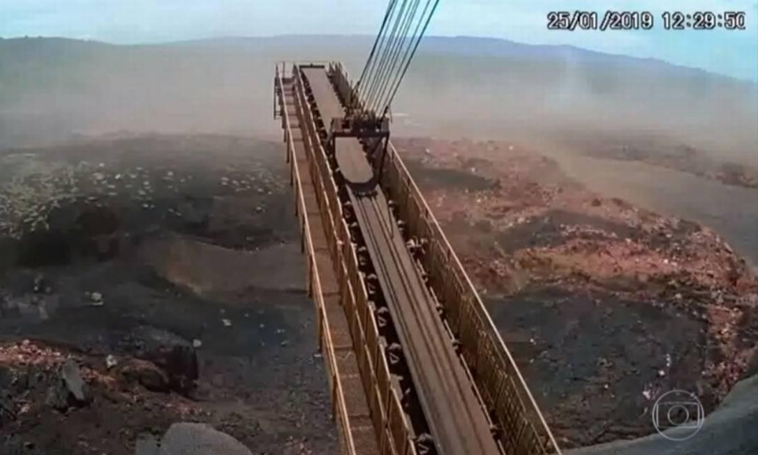 Imagem mostra o momento exato em que barragem da Vale se rompe em Brumadinho. Foto: Reprodução-Rede Globo