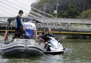 Operação na Lagoa de Marapendi: ação é feita em conjunto com a Marinha e a Polícia Militar Foto: Domingos Peixoto/19-1-2019 / Agência O Globo