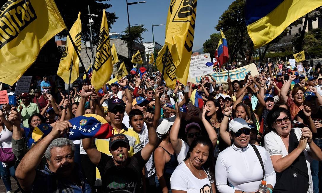 Militantes organizam um protesto em Caracas em apoio aos pedidos do presidente interino autoproclamado da Venezuela, Juan Guaidó, por eleições antecipadas. A manifestação ocorreu no dia que marca a comemoração simbólica de 20 anos do governo chavista FEDERICO PARRA / AFP