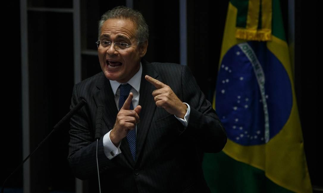 Senador Renan Calheiros (MDB-AL) discursa durante votação neste sábado Foto: Daniel Marenco / Agência O Globo