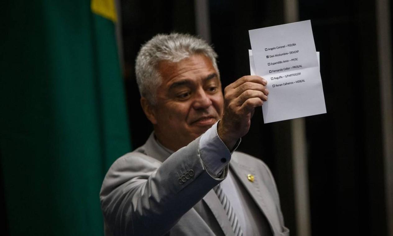 O senador Major Olímpio (PSL-SP) torna público seu voto durante a sessão Foto: Daniel Marenco / Agência O Globo