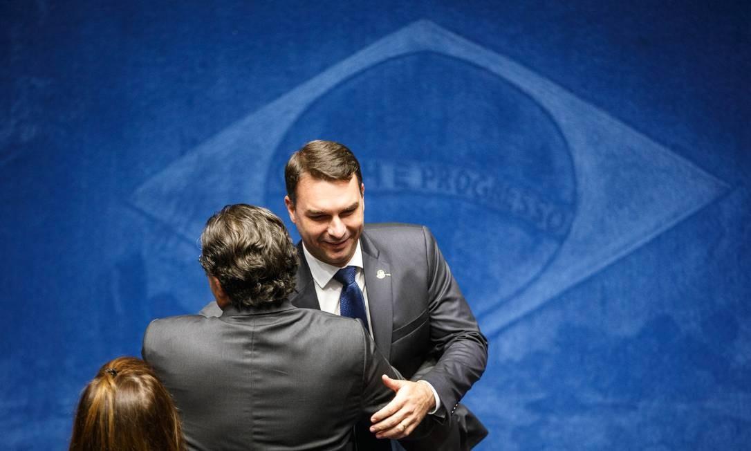 Senador Flávio Bolsonaro (PSL-RJ) cumprimenta parlamentar durante sessão para eleição do presidente do Senado Foto: Daniel Marenco / Agência O Globo