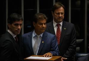 O senador Acir Gurgacz (à direita), durante a votação Foto: Daniel Marenco / Agência O Globo
