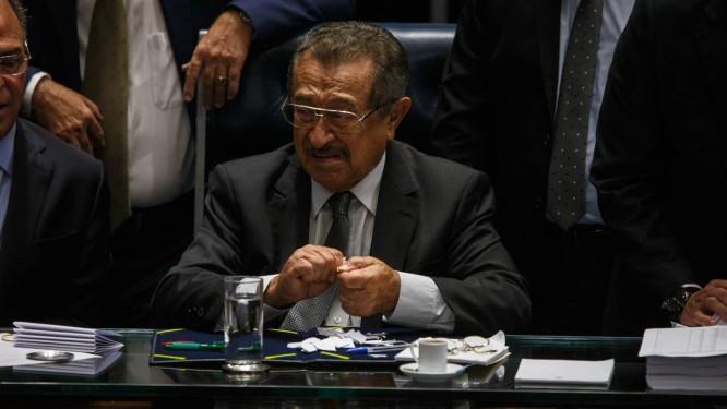 O senador José Maranhao rasga cédulas após o registro de um voto a mais do que o número de senadores Foto: Daniel Marenco / Agência O Globo