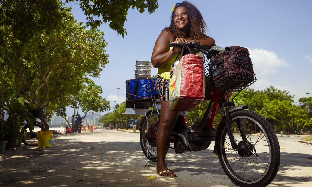 Investimento. Eliane Fideli sempre foi ciclista, mas uma lesão no joelho a fez optar por uma bicicleta elétrica para vender quentinhas na Praia do Flamengo Foto: Leo Martins / Leo Martins